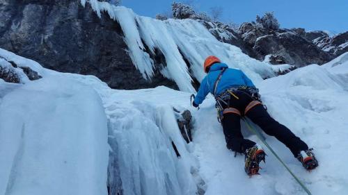 ice-climbing-3166077_1920_1280x720